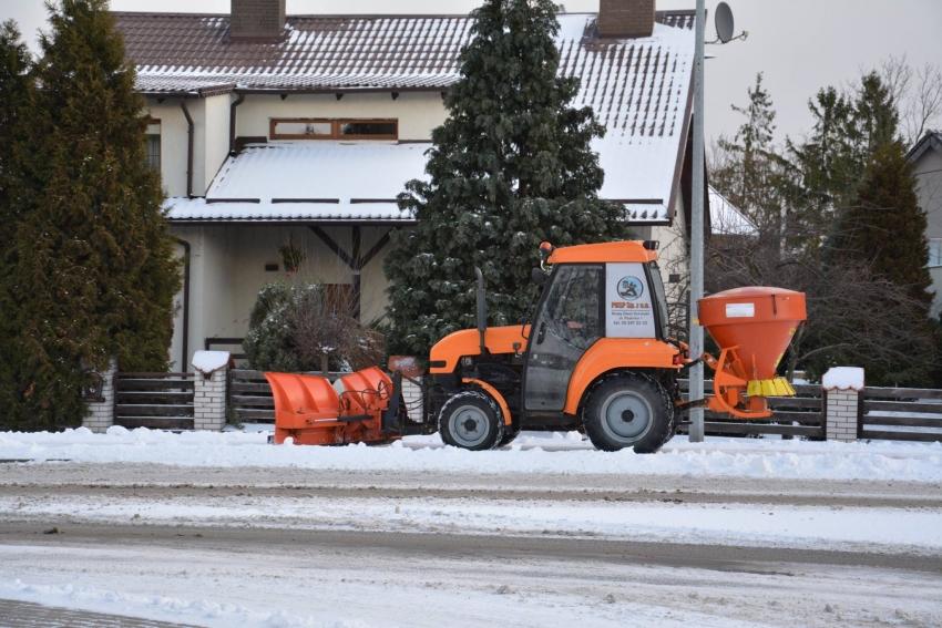 Odpowiedzialność gminy za szkodę spowodowaną oblodzonym lub zaśnieżonym chodnikiem przy prywatnej posesji.