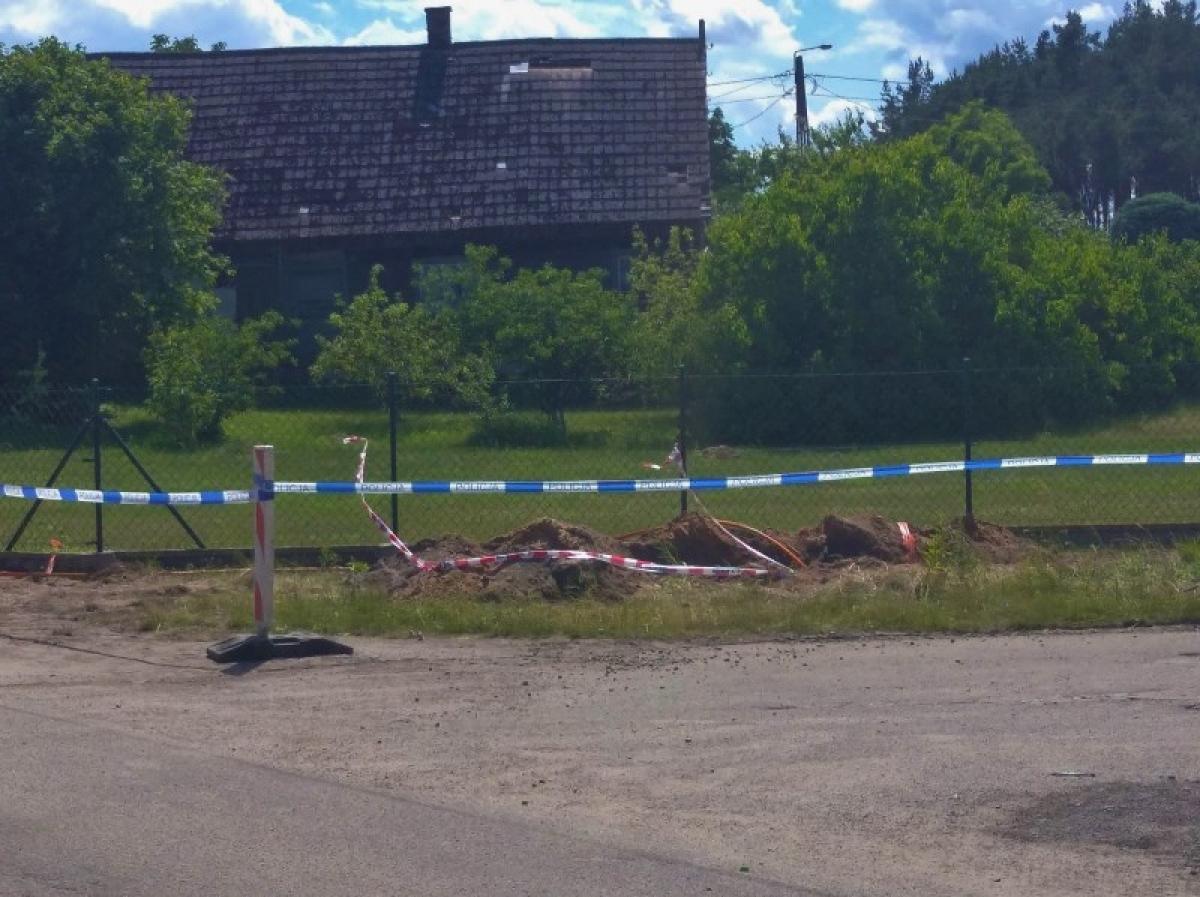 Niewybuch z okresu II wojny światowej odkopano dziś przy ulicy Morskiej w Junoszynie.