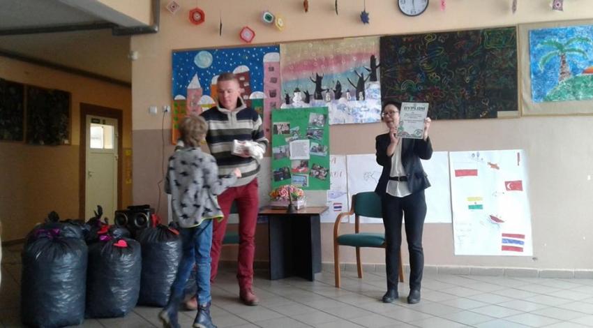 """Mikoszewo. """"Nakrętkomania dla Arturka"""" akcja charytatywna w Szkole Podstawowej."""