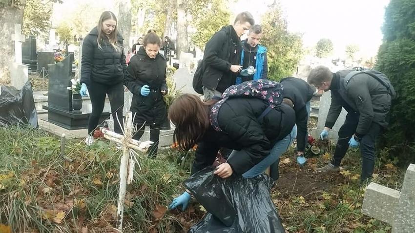 """Nowy Dwór Gdański. Uczniowie porządkowali zapomniane groby w ramach akcji """"Szkoła pamięta"""""""