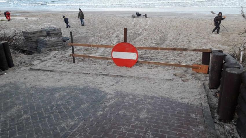 Zejście na plaże w Sztutowie naprawione. Znak wjazdu został wyrzucony.