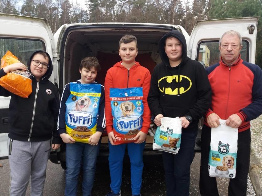 """Inicjatywa uczniów z Jantara.  Pomagają przetrwać zimę podopiecznym """"Iskierki"""""""
