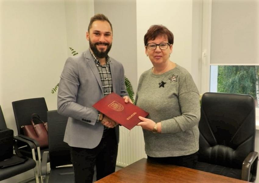 Gmina Stegna. Wójt gminy podpisała umowę na modernizację boiska w Stegnie.