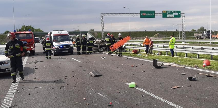 Cedry Małe. Wypadek na S7. Samochód osobowy najechał na auto obsługi technicznej drogi.