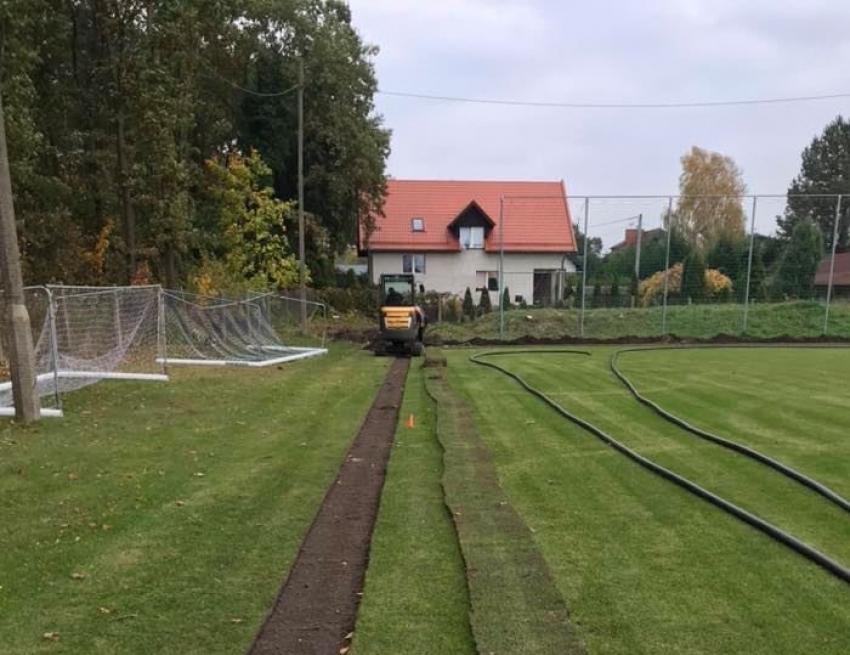 Trwa remont boiska w Stegnie. Nawodnienie i budowa zaplecza sanitarnego.