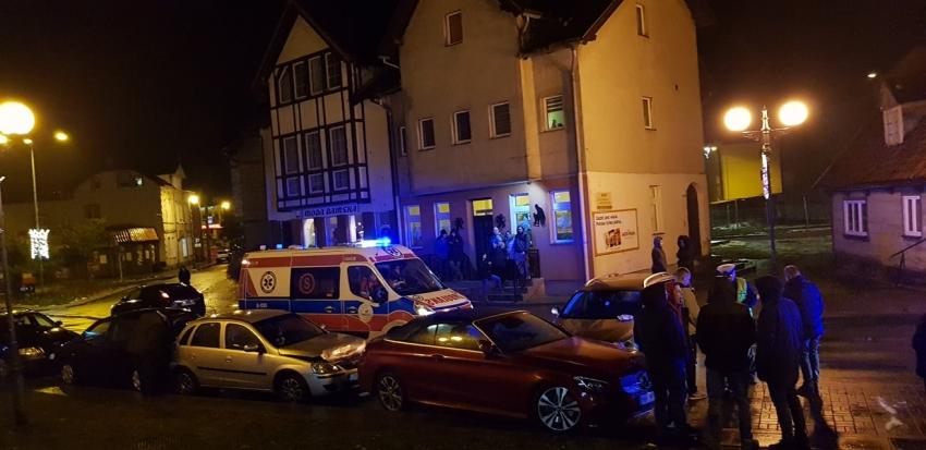 Pijany kierowca staranował 2 zaparkowane auta w centrum. Miał 2 promile.